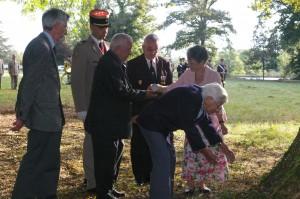Sir Taylor, Colonel Bellenger, M.R.Guillanneuf, M.P.Pintenat, Mme G.Loosmore déposant les cendrs et Mme C.Taylor (fille de G.Loosmore)