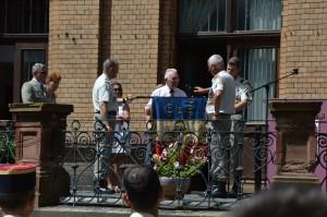 Paul Pintenat, Président, remet aux deux Chefs de Corps l'ancien drapeau de 1946 de notre association pour l'exposer à la salle d'honneur du 1er R.I.