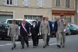 les autorités à DUN SUR AURON, Le Général BONNET (D.M.D.) Madame PUSSIAU Sous-Préfète,le GFénéral de Corps d'Armée HOUITTE DE LA CHESNAIS, le Colonel BUDAN DE RUSSE, le député Yann GALUT, le Sénateur Rémy POINTEREAU, le député Yves FROMION