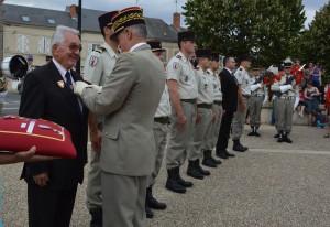 Paul PINTENAT décoré par le Général de Corps d'Armée Bertrand HOUITTE DE LA CHESNAIS