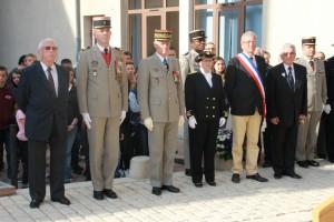 devant la plaque du Commandant RAUSCHER, Alain, son fils, le Colonel BUDAN DE RUSSE, le Général de Corps d'Armée HOUITTE DE LA CHESNAIS, Madame la Sous-Préfète, l'Adjoint au Maire et Paul PINTENAT